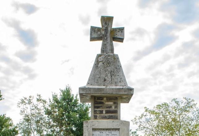 Monument în memoria Eroilor căzuţi în Primul şi al Doilea Război Mondial, Cărbunari, comuna Dumbrăvița